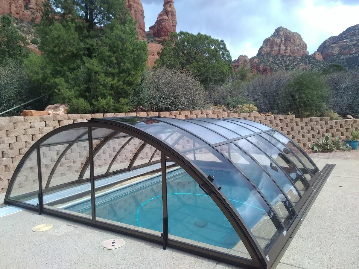 Low profile retractable pool enclosure
